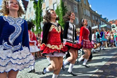 Zespół folklorystyczny z USA na ulicach Olsztyna w 2016 r.
