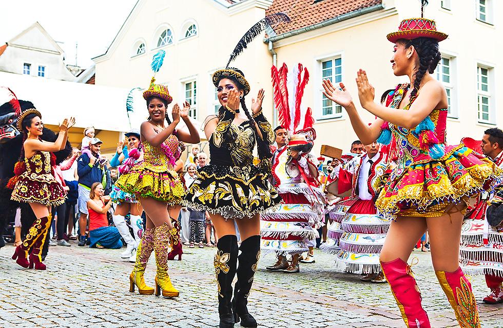 Zespół folklorystyczny z Peru na podczas parady festiwalowej na ulicach Olsztyna