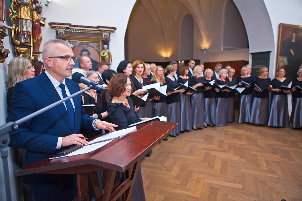 Prowadzący koncert – Mariusz Bojarowicz. Fot. Newsbar.pl