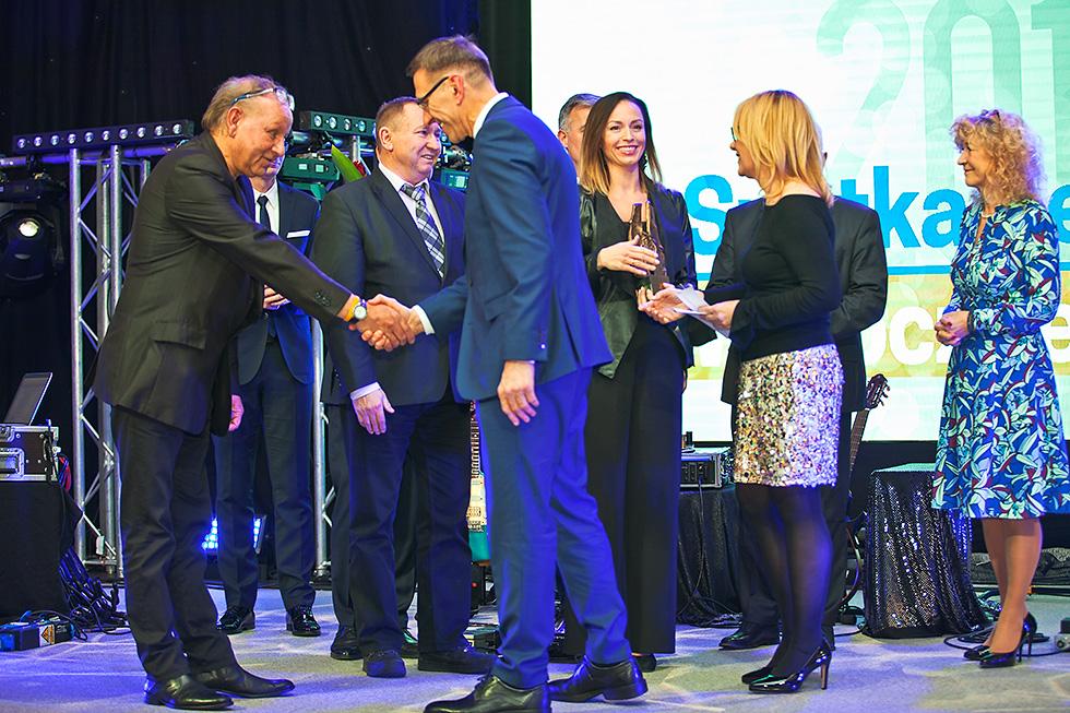 Artur Chwała z zespołu Warmia nagrodzonego za organizację Olsztyńskich Dni Folkloru odbiera gratulacje prezydenta Olsztyna Piotra Grzymowicza