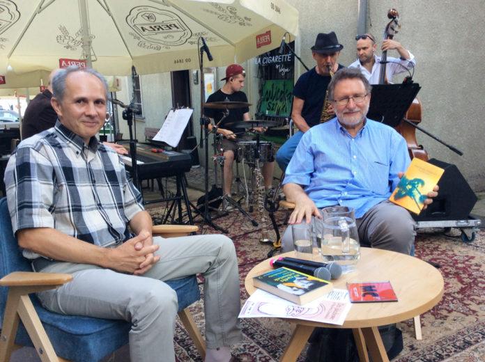 Robert Lesińki (z lewej) i Włodzimierz Kowalewski na spotkaniu autorskim latem 2018r.