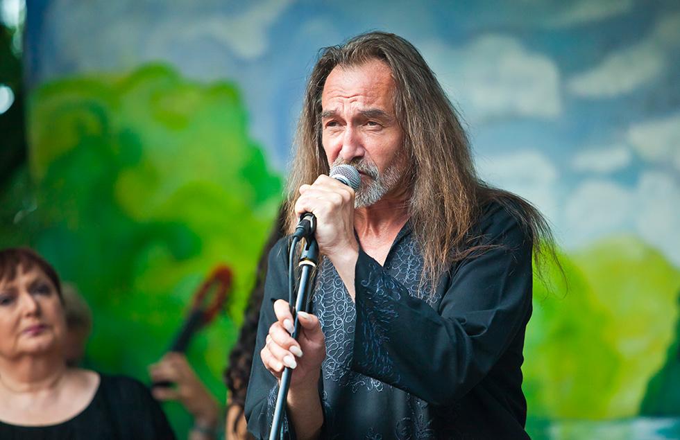 Mirosław Czyżykiewicz podczas występu w leśniczówce Pranie