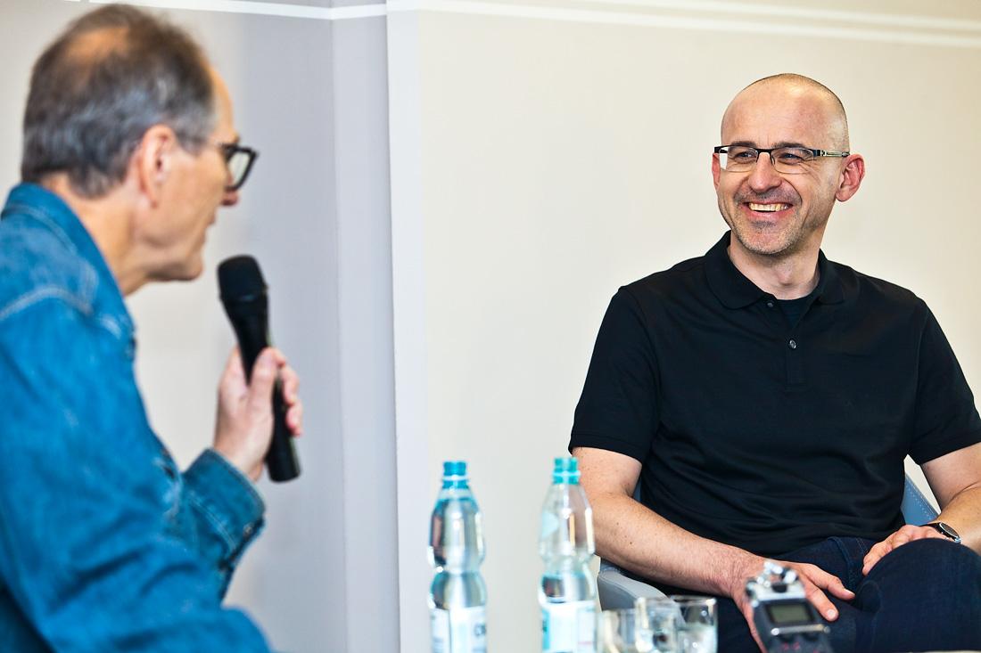 Prof. Piotr Gwiazda (z prawej) i prowadzący spotkanie Kazimierz Brakoniecki.